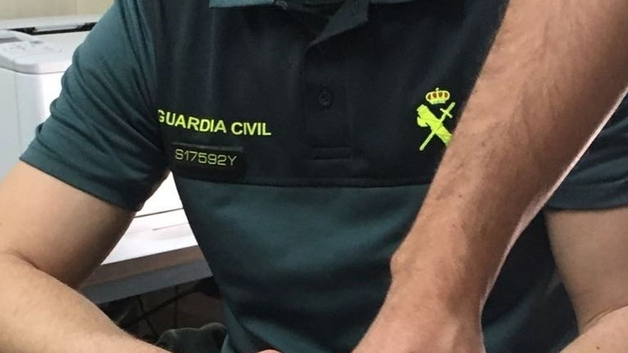 La Guardia Civil recupera un ejemplar de tortuga mora recogida por un vecino de Campohermoso