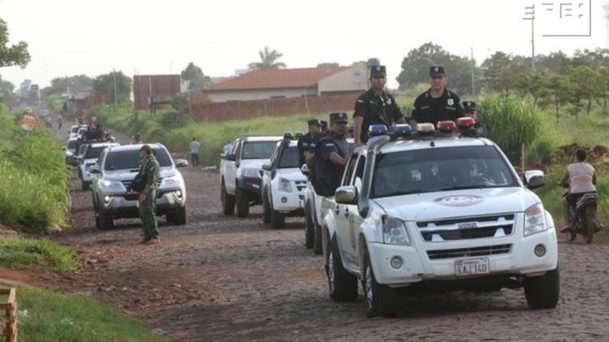 Fotografía cedida por el Ministerio de Interior que muestra a miembros de la Policía de Paraguay mientras detienen a varios presos de una red criminal brasileña este martes, en Pedro Juan Caballero (Paraguay).