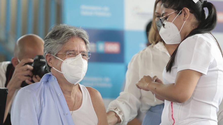 El presidente de Ecuador se vacuna contra la covid-19 antes de viajar a EE.UU.
