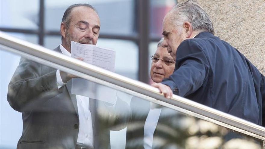 Los exalcaldes de Santa Cruz de Tenerife, Miguel Zerolo (i) y José Emilio García Gómez (d), junto al exconcejal de Urbanismo de la corporación tinerfeña, Manuel Parejo (c), todos ellos encausados en el juicio de Las Teresitas.