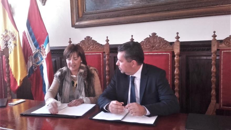 Amparo Osorio, directora gerente de Radio Ecca, y Juan José Cabrera, alcalde del Santa Cruz de La Palma.