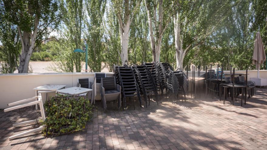 Sillas y mesas de terraza en el Club Naútico de Zaragoza, lugar habitual de celebraciones en la capital.