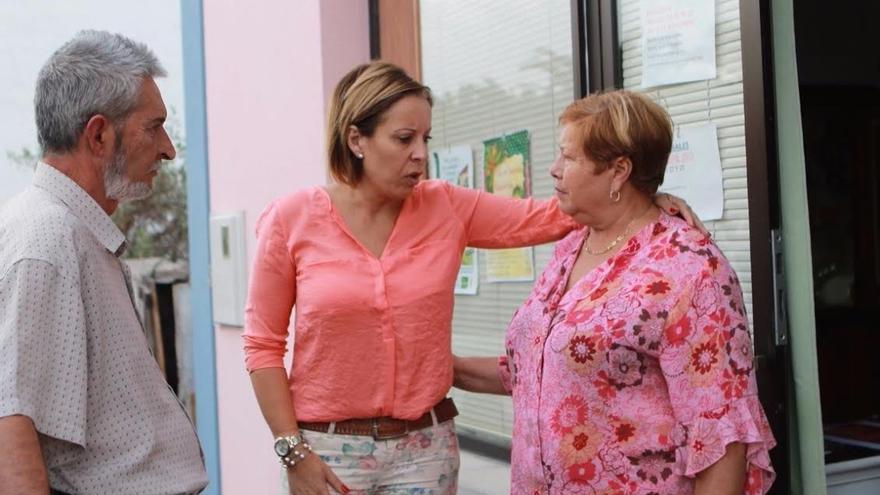 Ángeles Fernández (c), candidata de CC al Senado por La Palma, dialoga con dos vecinos.