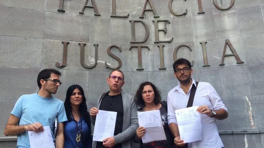 Los representantes de Podemos en el Cabildo de Tenerife ante el Palacio de Justicia de Santa Cruz de Tenerife