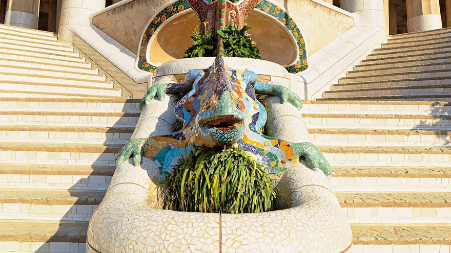 El lagarto que se encuentra entre las dos escaleras principales simétricas que llevan al gran pórtico del Park Güell