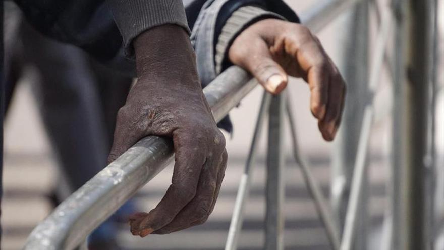 Detalle de las manos de algunos de los 1.000 inmigrantes de origen subsahariano que fueron rescatados en el mar Mediterráneo cuando viajaban en una embarcación de origen noruego, la Siem Pilot, a su llegada al puerto de Salerno, Italia.