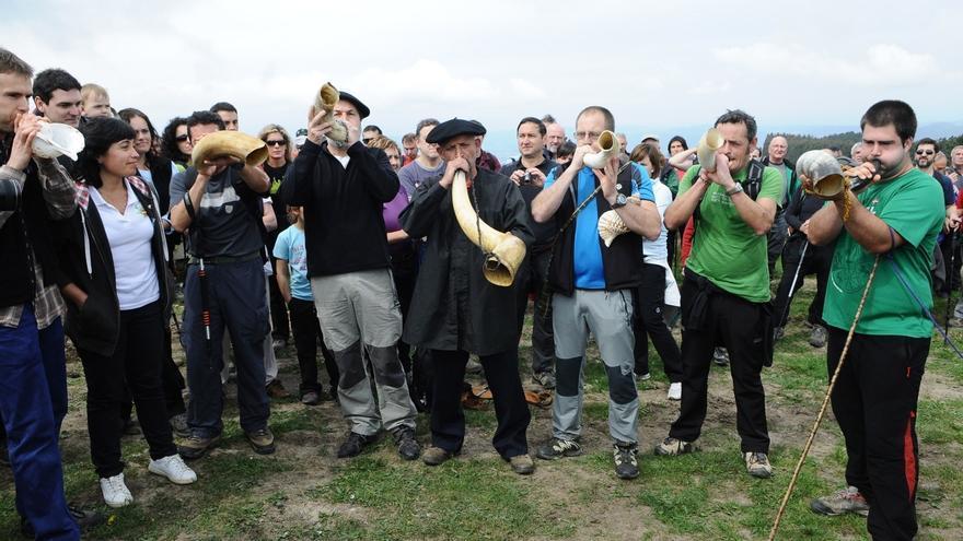 """Las Juntas Generales de Bizkaia celebran este domingo el """"Día de los Montes Bocineros"""" con la subida al Oiz"""