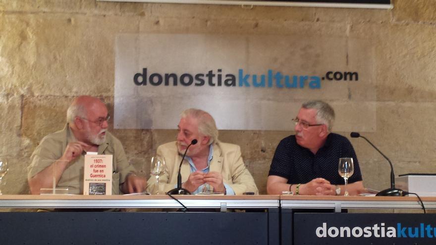 El escritor Ignacio Fontes de Garnica, acompañado de los periodistas Gorka Landaburu y Félix Maraña, en la presentación de su libro.