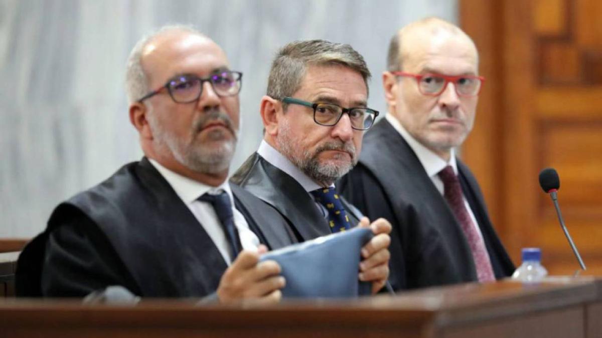 El juez Salvador Alba, en el centro de la imagen, junto a sus abogados. (EFE)