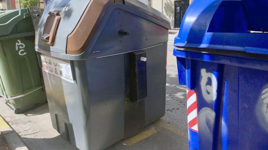 El contenedor marrón, para residuos orgánicos, instalado en la calle en Sagunt