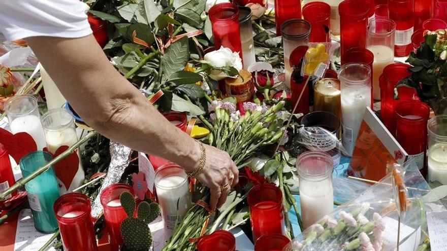 Espelmes i flors a la Rambla