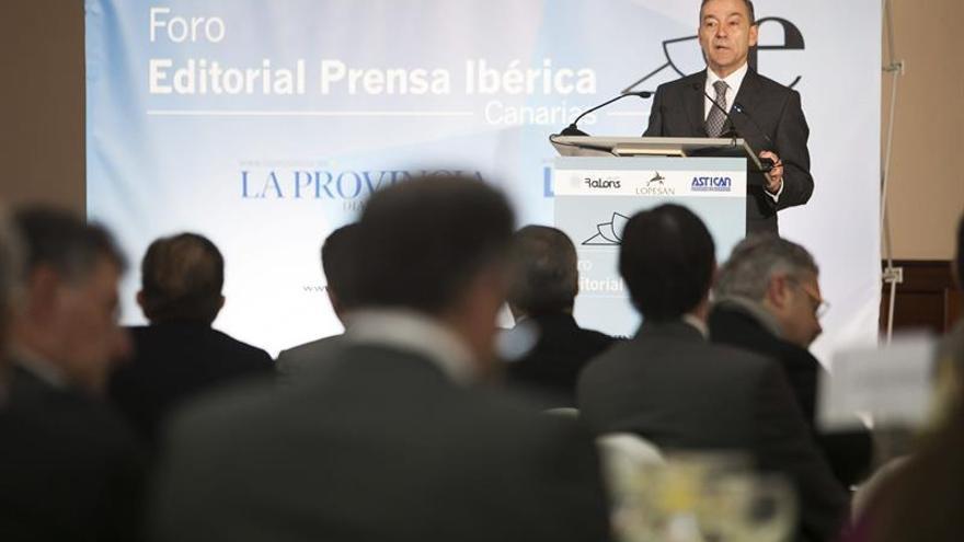 El presidente del Gobierno de Canarias, Paulino Rivero, durante su intervención en el foro informativo que organiza Editorial Prensa Ibérica. (Efe/Ángel Medina G.).