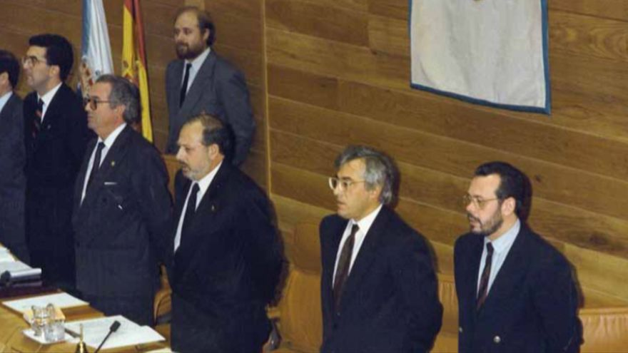 Miembros de la Mesa del Parlamento gallego en 1990, unos meses antes de la aprobación de la condena al narcotráfico