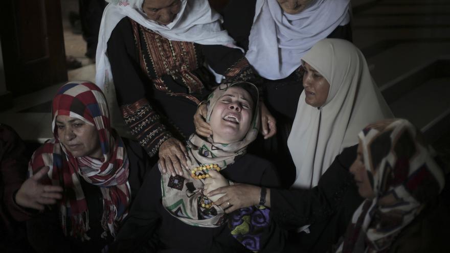 La familia de los cinco palestinos que resultaron muertos en un ataque de misiles israelíes, durante el funeral en la Franja de Gaza / Khalil Hamra \ AP