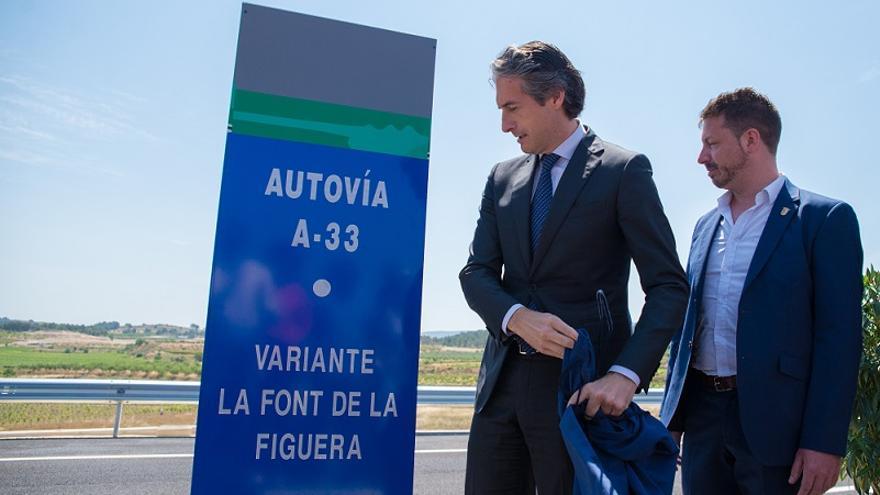 Íñigo de la Serna (ministro de Fomento) y Vicent Muñoz (alcalde de la Font de la Figuera) durante la inauguración