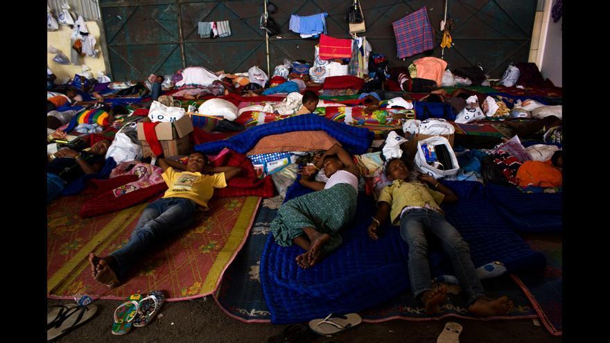 Refugiados rohingyas en el campo de Kuala Langsa Port, en Aceh (Indonesia). Los pescadores Acehneses rescataron el barco en el que flotaban a la deriva en el Mar de Andamán el 15 de mayo. Miles de rohingya han huido de la limpieza étnica que sufren en Birmania en los últimos años embarcando frágiles barcos controlados por despiadadas mafias de traficantes de personas. A ellos se une un número cada vez mayor de emigrantes bangladesíes. Centenares han muerto en alta mar o en campos en el sur de Tailandia donde eran retenidos hasta que sus familias pagaban un rescate para liberarlos. Estos refugiados fueron rescatados por pescadores Acehneses cuando la política de los gobiernos de Indonesia, Malasia y Tailandia consistía en expulsar a los barcos de sus aguas territoriales. © Carlos Sardiña Galache / Yayasan Geutanyoe – A Foundation for Aceh.