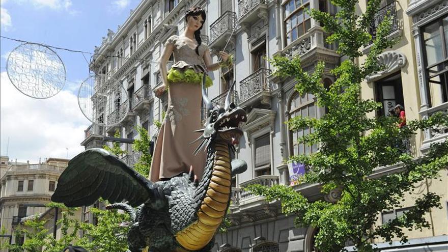 La Tarasca viste colores flúor para el desfile que marca el Corpus granadino