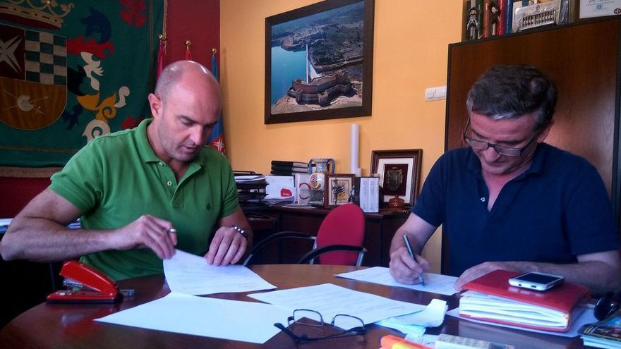 Firma del convenio para la edición del facsímil del Quijote de Rivanedeyra / Ayuntamiento