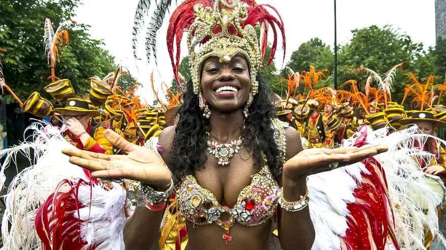 Una chica baila en el Carnaval de Notting Hill, el más famoso de Londres. EFE