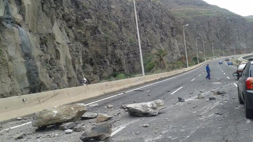 Desprendimientos en la autopista GC-1 a la altura de La Laja en Las Palmas de Gran Canaria. Foto: @PoliciaLPA.