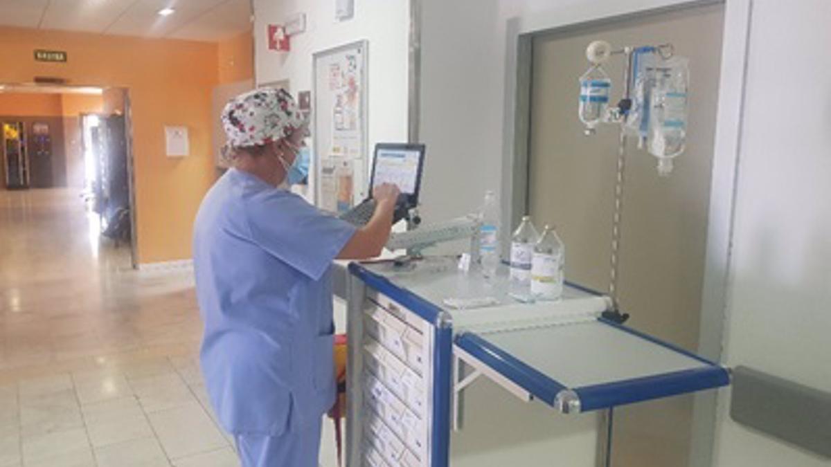 Una enfermera, con un ordenador