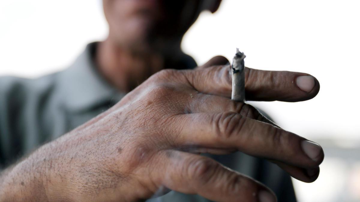 Un hombre fuma un cigarrillo. EFE/ Gustavo Amador