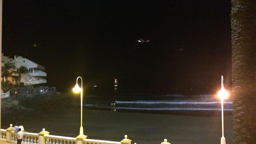 Efectivos de emergencia durante la búsqueda de una persona que cayó al mar en la costa de Telde.