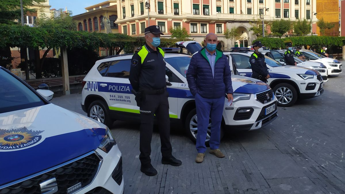 Ángel Madrazo, el jefe de la Policía Local, José Félix Segurola, y agentes en la presentación de los nuevos coches-patrulla