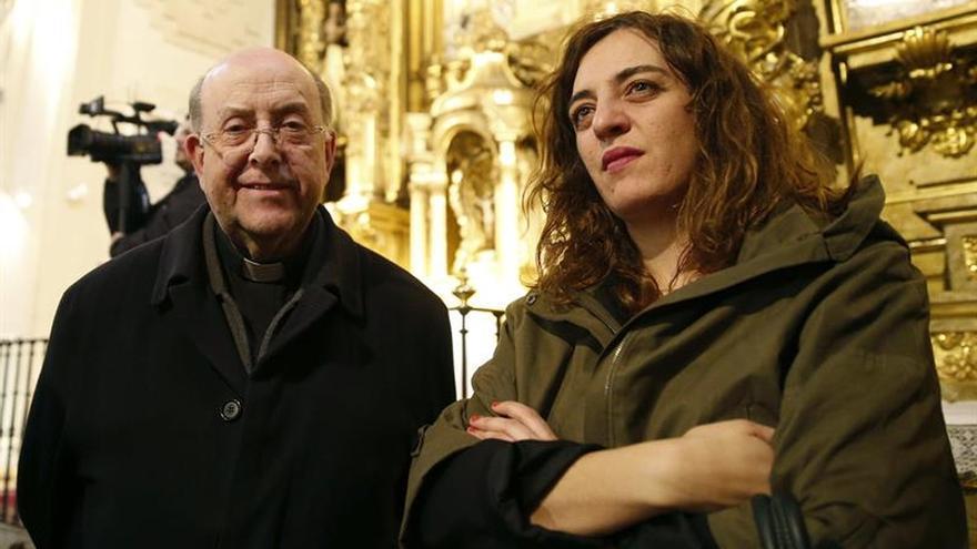 Celia Mayer visita la tumba de Cervantes