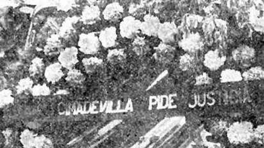 Una de las coronas de flores que los vecinos de Cimavilla compraron para el funeral de Rambal