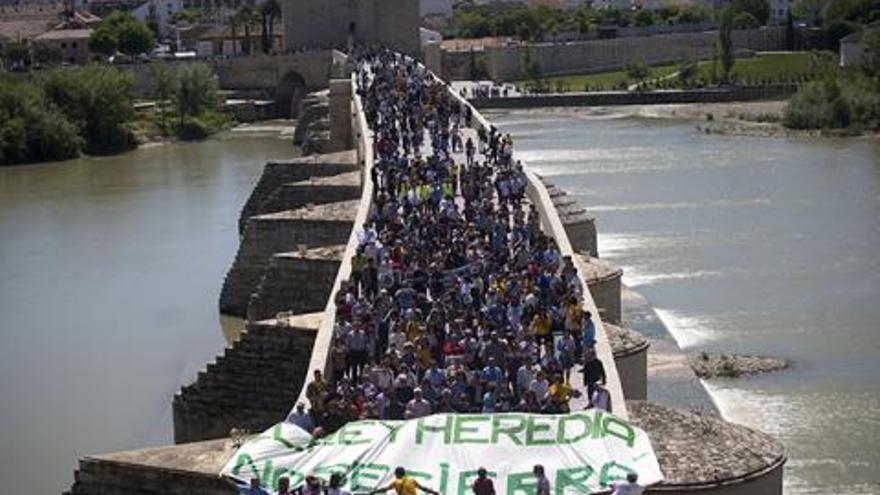 Concentración ciudadana en el Puente Romano contra el cierre del Rey Heredia. (Foto. Acampada Dignidad)