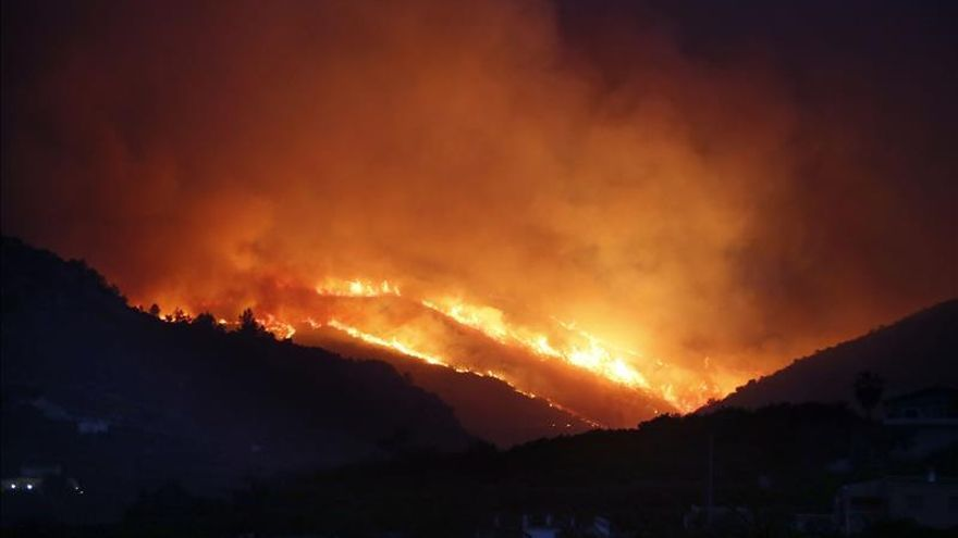 Los medios aéreos reanudan sus tareas contra el fuego en Vall d'Ebo