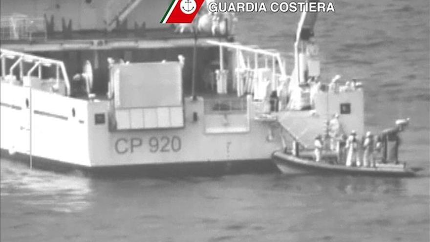 Imagen de un video difundido por la Guardia Costera italiana que muestra al barco ' Gregoretti ' durante las operaciones de búsqueda y rescate en el sitio del naufragio en el Estrecho de Sicilia. EFE