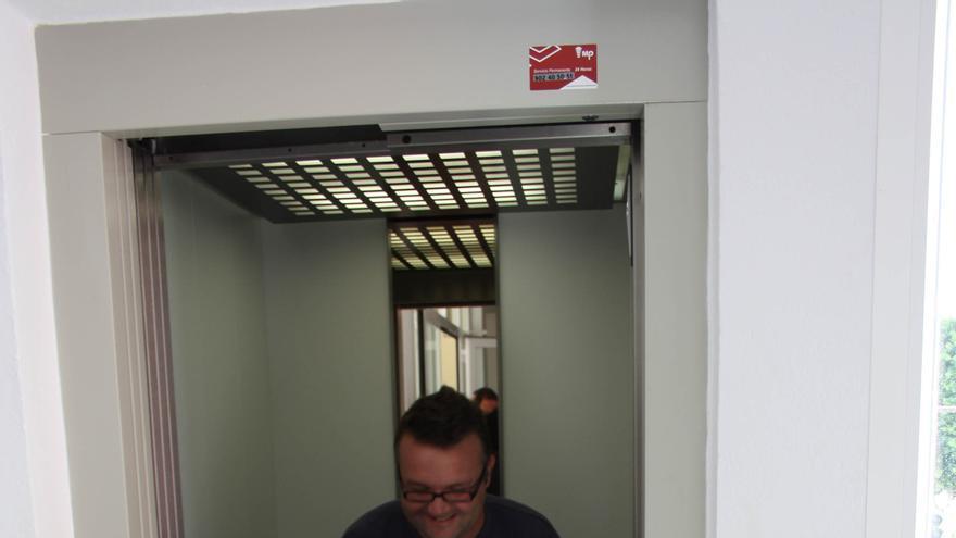Una persona minusválida sale de un ascensor externo inaugurado en Sanlúcar La Mayor (Sevilla).