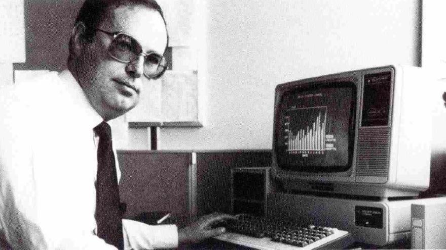 Adam Warm, jefe de informática de Ford en Inglaterra, utilizando el sistema instalado en Valencia