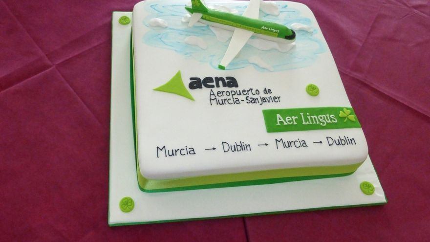 Tarta con la que Aer Lingus y Aena celebraron la nueva ruta Murcia-Dublín