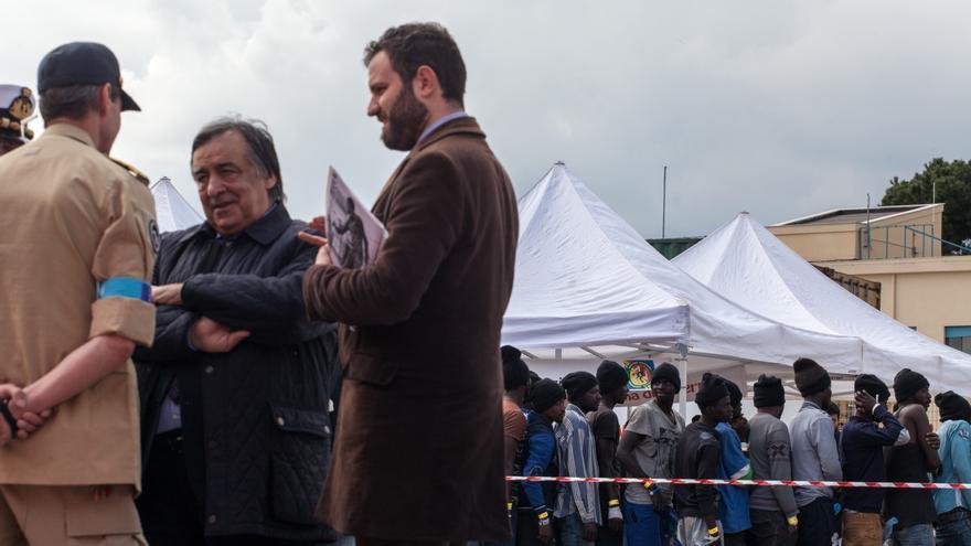 Leoluca Orlando, alcalde de Palermo, recibe a los refugiados que llegan a su ciudad // EFE