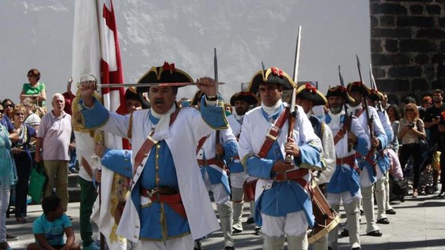 En la imagen, Los Doce de Su Majestad en un desfile.