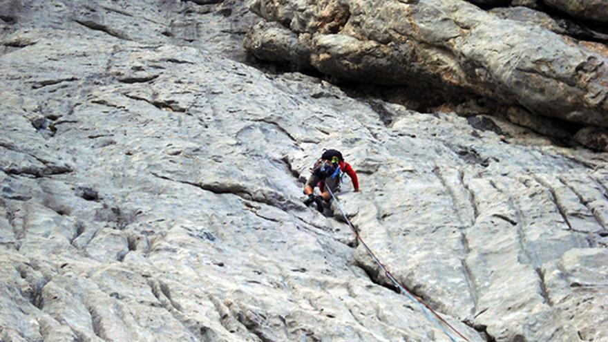 Un escalador con la cuerda mal colocada entre las piernas. Si se cayese tropezaría con la cuerda. Aunque la vía sea fácil, o al menos no muy vertical, se tienen que respetar los mismos criterios de seguridad que en cualquier otra vía.