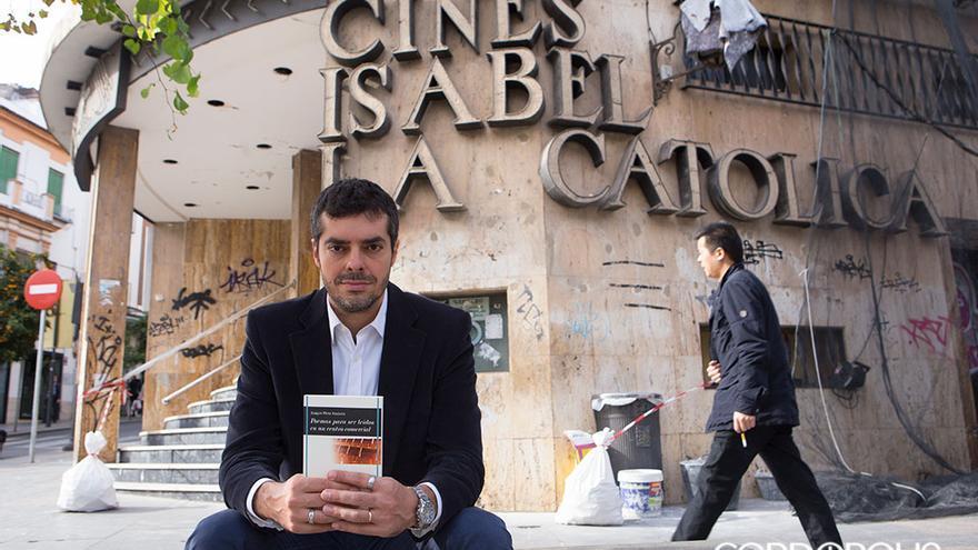 Joaquín Pérez Azaústre junto al antiguo cine Isabel La Católica | MADERO CUBERO