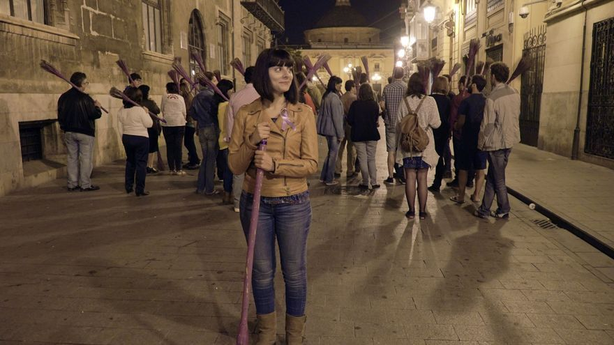 Sandra Mínguez, junto a otros miembros de Podemos, con las escobas moradas