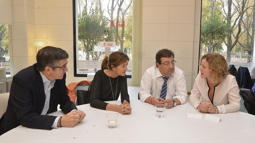 El presidente extremeño, Guillermo Fernández Vara, en un acto político celebrado en Vitoria en 2015 con Patxi López e Idoia Mendia