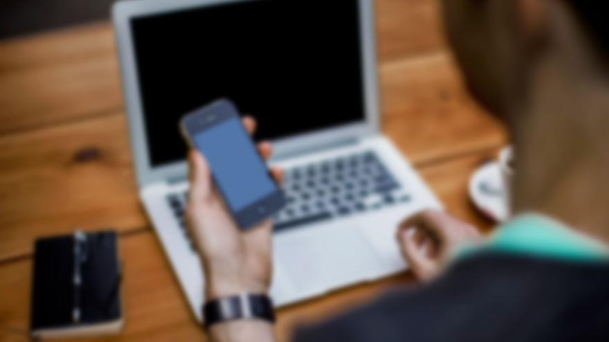 Joven busca empleo a través de internet