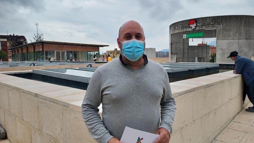 El concejal de Acción Social de Barakaldo, Mikel Antizar, en el exterior del centro cívico Clara Campoamor.
