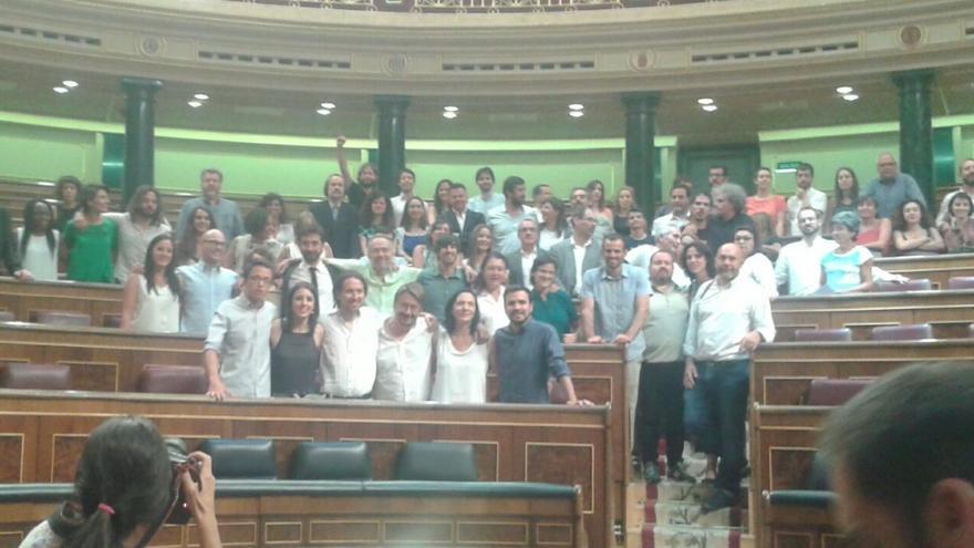 Los diputados de Unidos Podemos se hacen una foto en sus escaños.