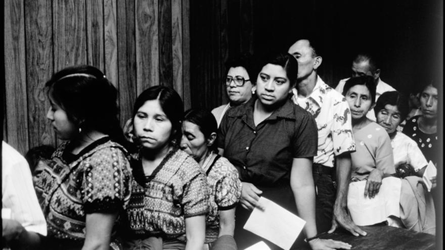 Una cola de persona espera para dar su testimonio a la delegación de Amnistía Internacional en Guatemala en 1985. © Jean-Marie Simon