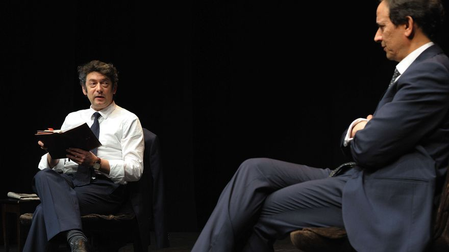 De izquierda a derecha: Manolo Solo (Felipe González) y Luis Callejo (Iñaki Gabilondo) en 'Las guerras correctas'// Foto: Armando Vázquez