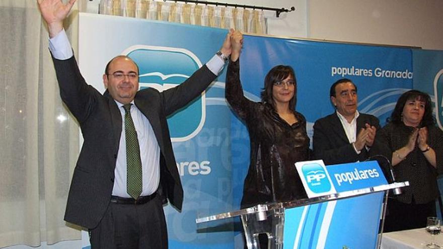 María José Martín junto a Sebastián Pérez en un acto del partido