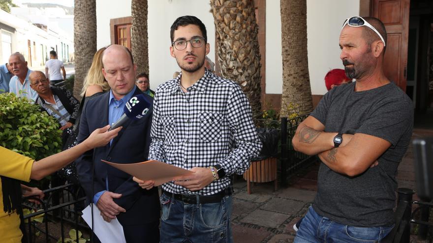 El concejal del Ayuntamiento de Agaete Javier Gil (c), junto al primer teniente de alcalde Carlos Álamo (i).