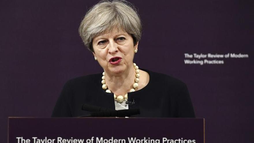 """Theresa May insta a su Gabinete a dejar las """"críticas por la espalda"""""""